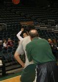 图文:[NBA]雄鹿迎战尼克斯 易建联背身单打