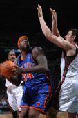 图文:[NBA]尼克斯VS雄鹿 库里篮下单打
