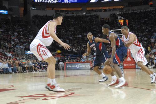 图文:[NBA]老鹰VS火箭 乔-约翰逊带球进攻