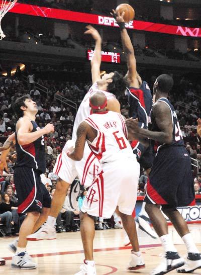 图文:[NBA]老鹰VS火箭 篮下拼抢