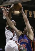 图文:[NBA]尼克斯VS雄鹿 维拉纽瓦盖帽