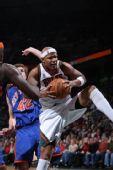 图文:[NBA]尼克斯VS雄鹿 无眉抢得篮板