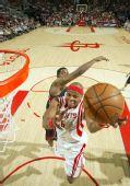 图文:[NBA]火箭VS老鹰 维尔士低手上篮