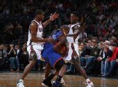 图文:[NBA]尼克斯VS雄鹿 克劳福德被夹击
