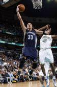 图文:[NBA]黄蜂胜灰熊 米勒突破上篮