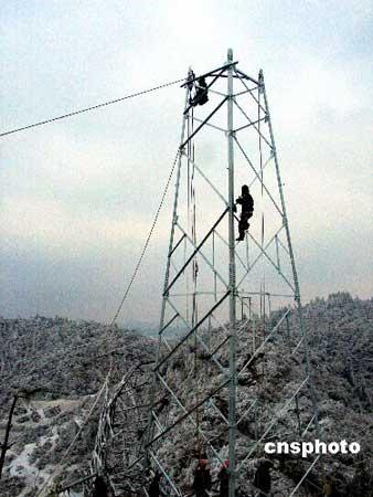 2月1日,贵州电建二公司工人正在抢修位于龙里县210国道附近观音山上垮塌的电网。由于贵州出现持续低温、凝冻天气,电网线上的覆冰加厚。中新社发pengnian 摄