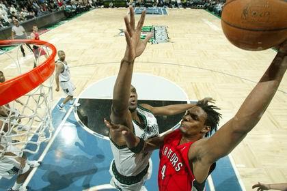 图文:[NBA]猛龙胜森林狼 波什篮下强打
