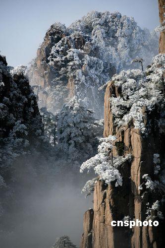 黄山/2008年1月14日,安徽黄山西海景区的雪后美景。中新社发方也...