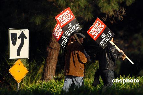 资料图:当地时间1月28日,刚刚在洛杉矶福克斯(FOX)电影工作室门前结束罢工的美国编剧公会成员打道回府。
