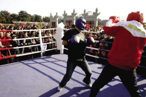 组图:庙会洋溢奥运味 市民上场打拳击