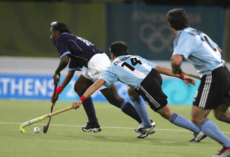 雅典奥运会上,印度男子曲棍球队战平阿根廷