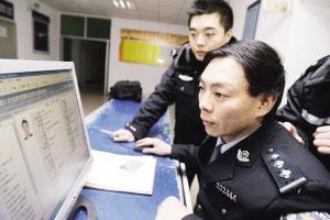 江津区白沙镇派出所,民警比对犯罪嫌疑人的档案资料