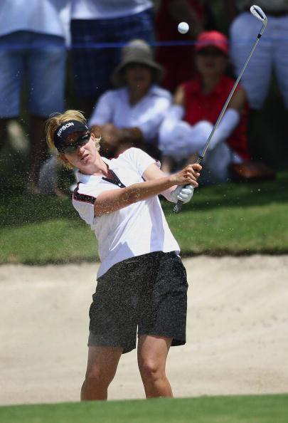 图文-澳洲女子名人赛决赛轮 韦伯沙坑救球
