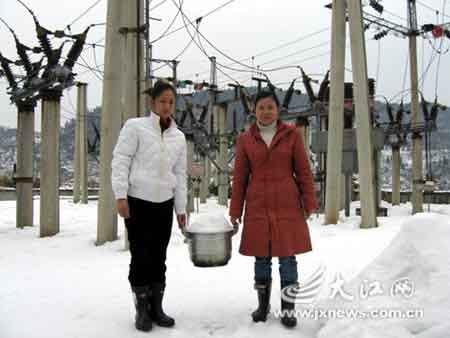 被冰雪围困的日子里,王小芳和黄自兰就是这样取雪解决用水问题。