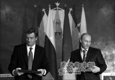 """12日,俄罗斯总统普京(右)与乌克兰总统尤先科签署""""俄乌2008年行动计划""""。新华社记者沈伯韩摄"""