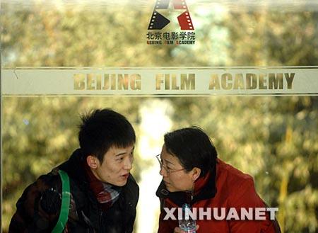 2月13日在北京电影学院拍摄的一名报名考生(左)。
