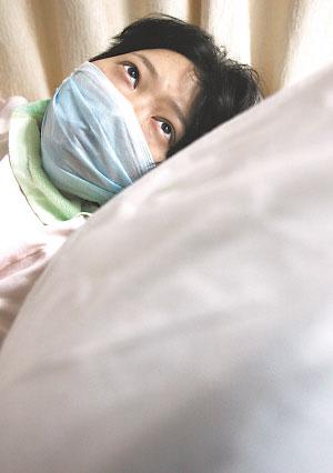 昨日躺在协和医院血液科病床上的袁莎莎。记者 邱焰 摄