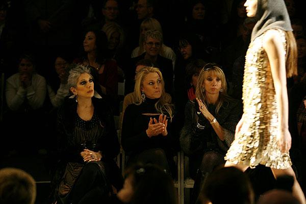 图文:美女古尔比斯现身时尚周 观看模特表演