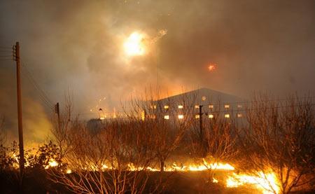 爆炸导致周边发生山林大火。(网友提供图片).