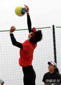 图文:中国沙排三亚备战奥运 王洁跃起扣球