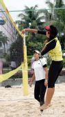 图文:中国沙排三亚备战奥运 王洁高高跃起