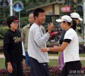 图文:中国沙排三亚备战奥运 缪志红布置训练计划