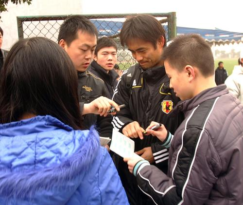 图文:[四强赛]日本重庆首训 川口能活签名