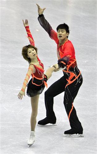 图文:四大洲花样滑冰锦标赛 张丹张昊步调一致