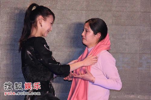 牛萌萌为病童母亲戴上围巾