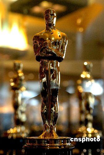 """50尊金光闪闪的第80届奥斯卡小金人,二月一日在美国好莱坞柯达剧院旁亮相。当日,当地举行""""第80届奥斯卡小金人在好莱坞与影迷见面""""活动"""
