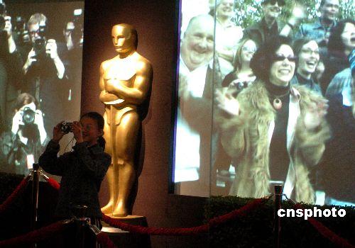 """主办第80届奥斯卡颁奖典礼的美国影艺学院,二月一日在柯达剧院旁举办""""与奥斯卡小金人见面""""展览,让影迷模拟走红地毯体验当明星的感受"""
