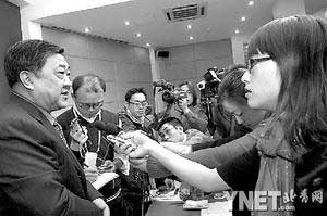 商务部部长助理黄海(左一)接受记者采访■摄影/新华社记者何俊昌