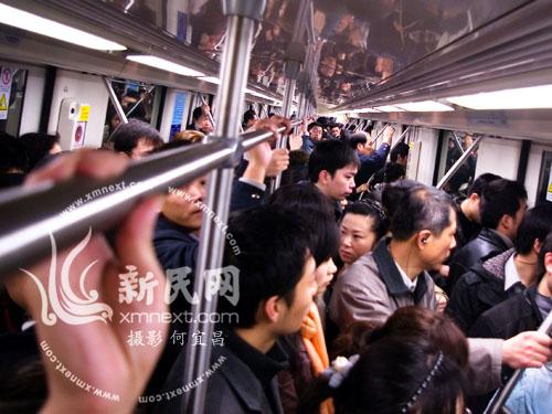 1月11日,新民网实地拍摄地铁八号线上班高峰期人多拥挤(图片来源:新民网)
