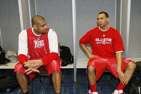 图文:[NBA]全明星首训图 邓肯与罗伊交谈