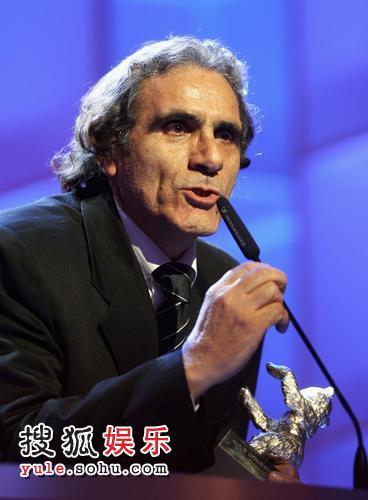 《麻雀之歌》男主演瑞扎-纳基上台领奖