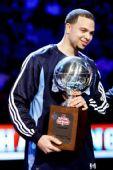 图文:[NBA]全明星技巧赛图 德隆捧杯