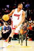 图文:[NBA]全明星技巧赛图 韦德运球