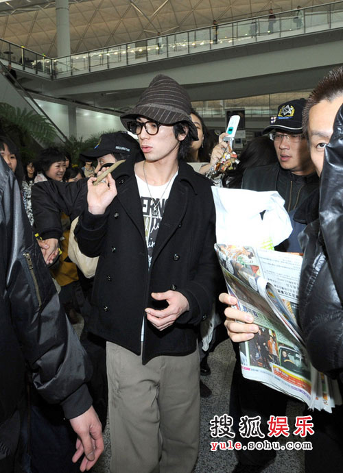 大批媒体守候在机场