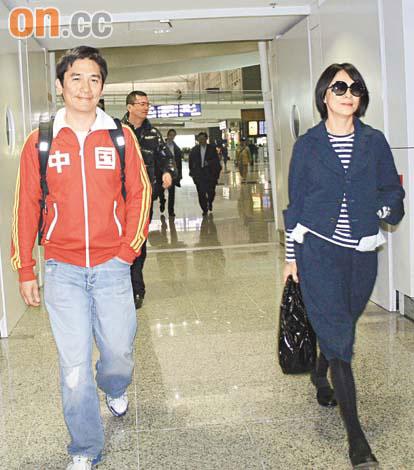 梁朝伟与刘嘉玲在外地欢度情人节后回港,伟仔春风满面