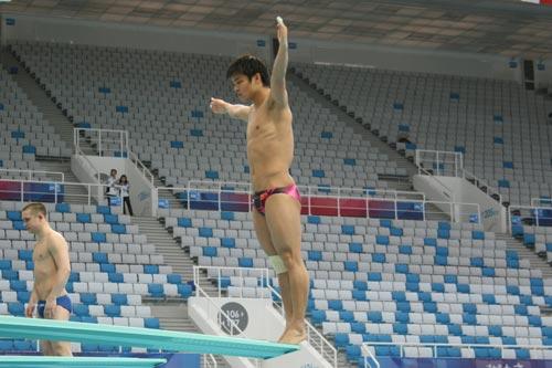 图文:跳水世界杯赛前选手训练 何冲准备试跳
