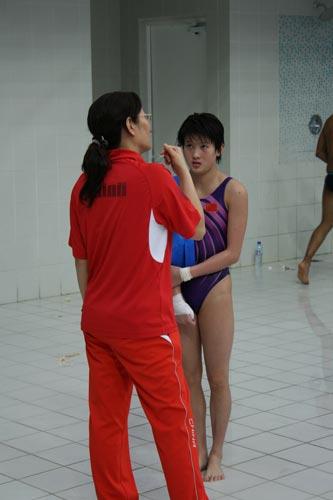 图文:跳水世界杯赛前选手训练 教练知道王鑫