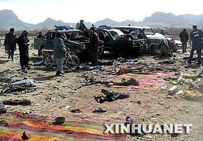 2月17日,警察和路人在阿富汗南部坎大哈市的爆炸袭击现场查看。坎大哈省省长阿萨杜拉·哈立德说,当天上午发生在坎大哈市一个斗狗场的爆炸是自杀式袭击事件,已经造成至少80人死亡。新华社/法新
