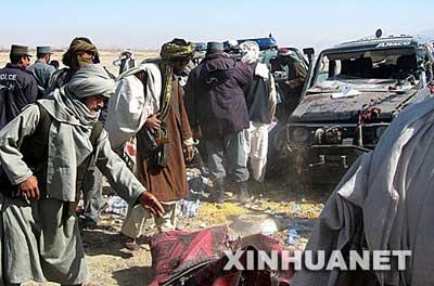 2月17日,警察和路人在阿富汗南部坎大哈市的爆炸袭击现场查看。新华社/法新