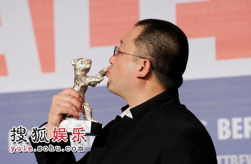 王小帅激动的亲吻银熊奖奖杯