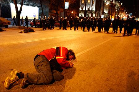 2月17日,贝尔格莱德的美国驻塞尔维亚使馆前,一名塞尔维亚青年在与警方的冲突中受伤倒地。