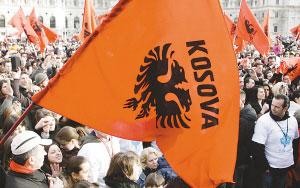民众挥舞旗帜庆祝独立