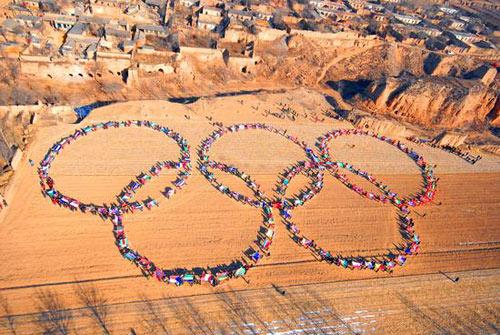 2月16日,山西阳曲县山畛村,全村800余人在村南耕地上拍摄新春合影。
