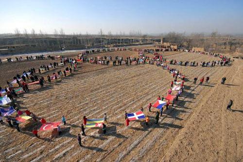 村民以奥运五环为队形。