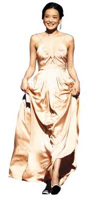舒淇上台颁奖,担任评委的她也是闭幕式上最耀眼的明星之一