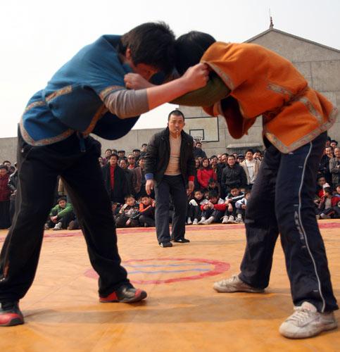 2月16日,两名青少年摔跤手在比赛。